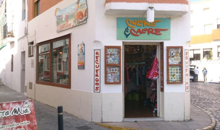 Tienda de regalos Colore Calore enfrente de Castillo Guzman el Bueno