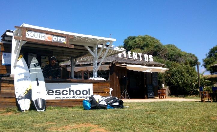 Escuela de kitesurf South Core en el chiringuito Los Vientos