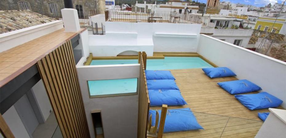 Terraza con piscina y vistas espectacular sobre Tarifa. Hotel Aristoy