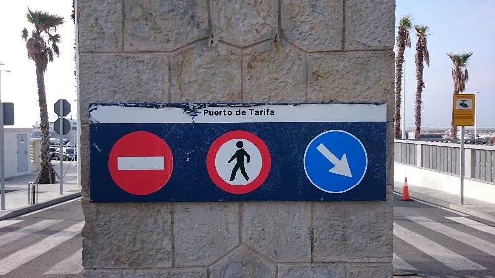 Bienvenidos al Puerto de Tarifa. Cartel adaptado