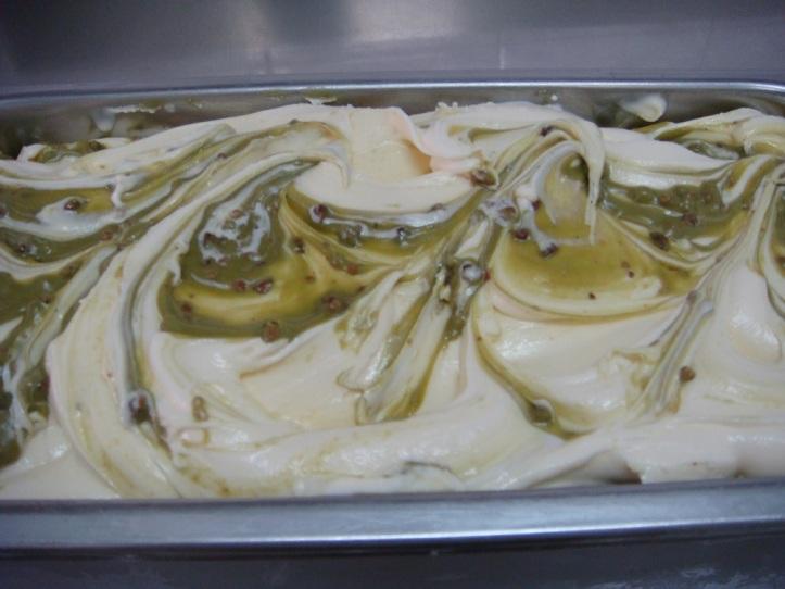 CROCK es una base de mascarpone con crema de pistachos y pistachos garrapiñados.