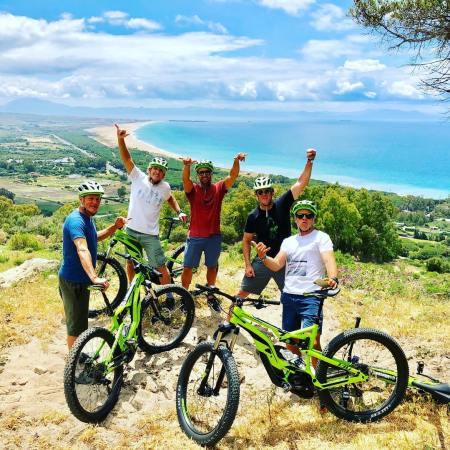 Woody Harrelson Robby Naish, Kevin Langeree en ruta en bici por Tarifa con Ebike Tarifa