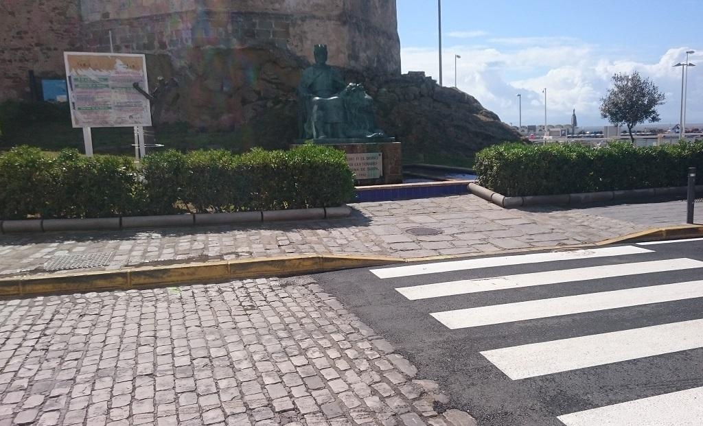 El monumento más fotografiado y paso de peatones a la entrada del Castillo