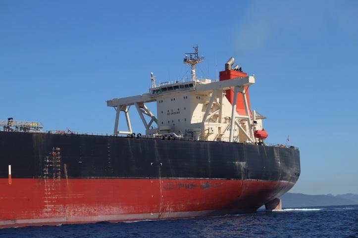 Barcos grandes en el estrecho