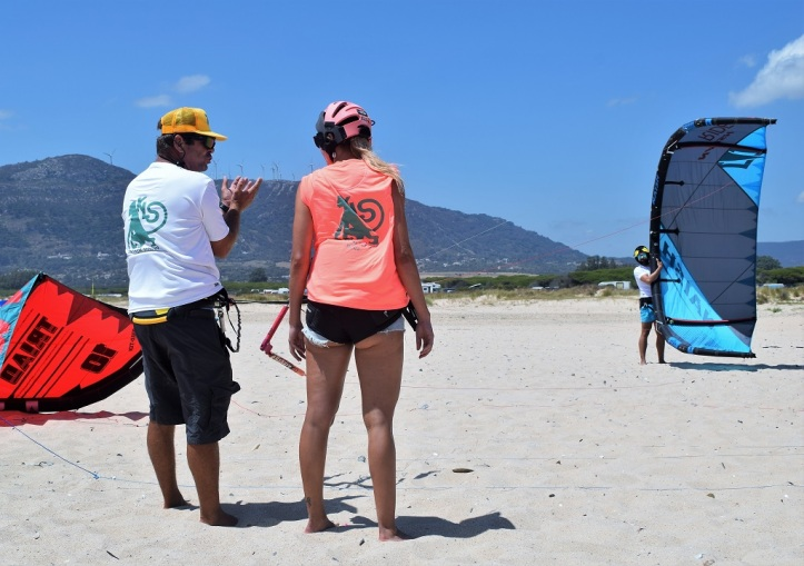classes de kitesurfing en la playa de tarifa.jpg