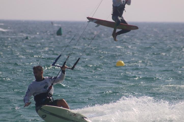 kitesurf en Tarifa desde la costa el sol foto hnk