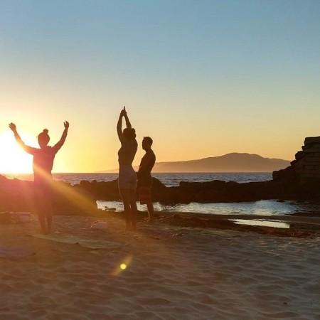 Yoga En La Playa De Tarifa Con La Puesta De Sol